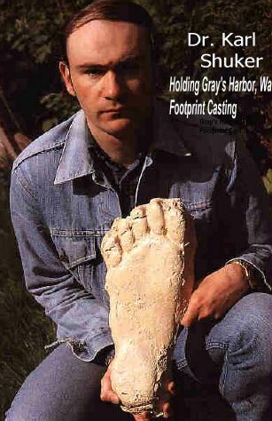 Bigfoot - Karl Shuker na zdjęciu z odlewami śladów z Gray's Harbor, 1982r